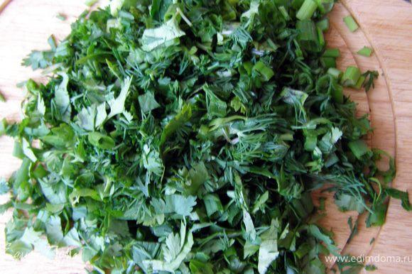 Зелень порезать крупно, выложить в горшочки на баклажаны.