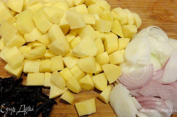 Картофель нарезать крупно, лук - полукольцами, а чернослив на две половинки. Картофель смешать с солью.