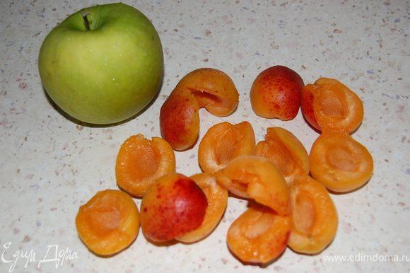 Размягченное масло растереть с сахаром и ванильным сахаром. Добавить яйца, перемешать. Муку с разрыхлителем просеять, всыпать к масляной массе, замесить тесто. Очищенные яблоки и абрикосы нарезать кубиками.
