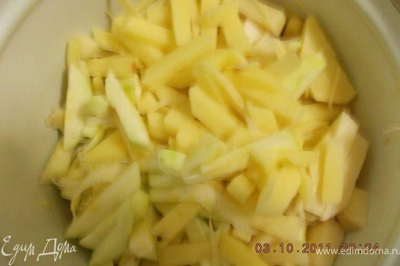 картофель и цукини нарезать соломкой