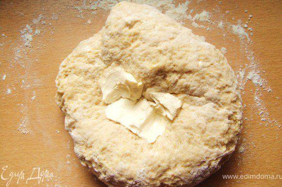 Перемешать дрожжи, муку, соль и сахар, ванильный сахар. Добавить яйца, молоко, лимонную цедру. Перемешать тщательно миксером на средней скорости несколько минут, до получения однородной массы. Масло комнатной температуры порезать на кубики. Постепенно, добавлять масло к тесту пока месите. После того как замесили гладкое однородное тесто, месить еще 10 минут. Тесто должно получится мягкое и эластичное.