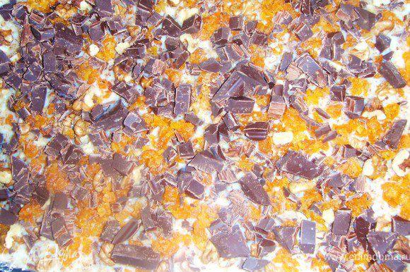 Порубить крупно грецкие орехи и шоколад, обсыпать верх нашего пирога.