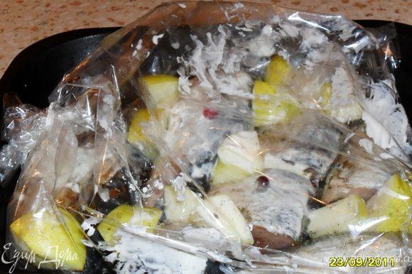 Каждую скумбрию выпотрошить, почистить, помыть и порезать на 3 части. Выложить кусочки рыбки в пакет для запекания, посолить по вкусу, посыпать специями (базилик, имбирь, укроп), сбрызнуть лимонным соком. У яблок удалить сердцевину, порезать дольками. Кусочки яблока выложить между кусочками рыбы. Всё хорошо промазать майонезом, положить сверху ягоды клюквы. Поставить форму в разогретую духовку и выпекать 50 мин.при температуре 180-200. Подавть можно как в горячем, так и в холодном виде.