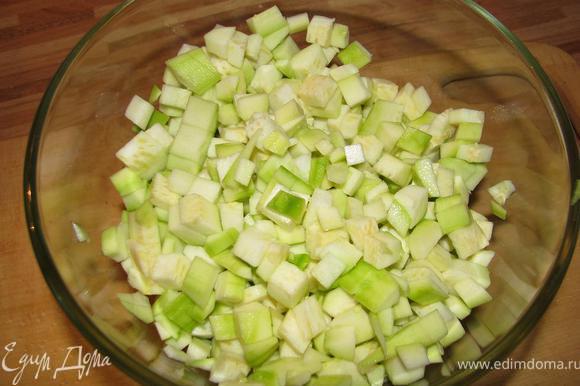 Чистим, режем кубиками кабачки, солим.