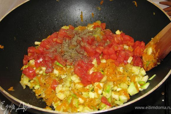 Растираем смесь перцев в ступке с прованскими травами. Ошпариваем кипятком помидор. Очищаем его от кожуры и режем кубиками. К остывшим овощам добавляем помидор и приправляем специями.