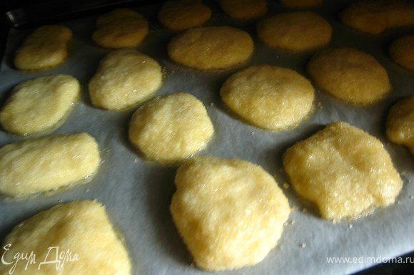 Укладываем на противень на расстоянии 3-х см друг от друга. Во время выпечки печенье увеличивается в объеме и расслаивается.