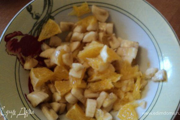 Банан и апельсин очистить и порезать на кусочки.