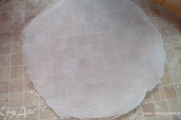 4. Если тяжело переносить тесто в форму можно раскатать его на бумаге для выпечки и перенести вместе с бумагой. Выпекаем все три коржа.