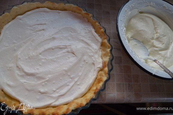 8. Собираем торт: в основной корж - крем (третью часть)...
