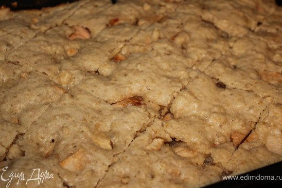 Вытаскиваем из духовки наш пирог, даем ему остыть и нарезаем порционно. Сверху можно присыпать какао)
