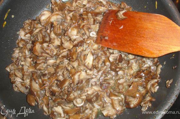 Отварные опята (или любые другие грибы) режем и обжариваем на масле.
