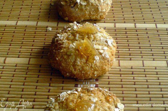 Ставим в прогретую до 170-180 гр. духовку в режиме конвекции на 15-20 минут или в обычном режиме при 210-220 гр. Печенье должно подрумяниться хорошенько. Готовое печенье украшаем лимонными цукатами из глазури.