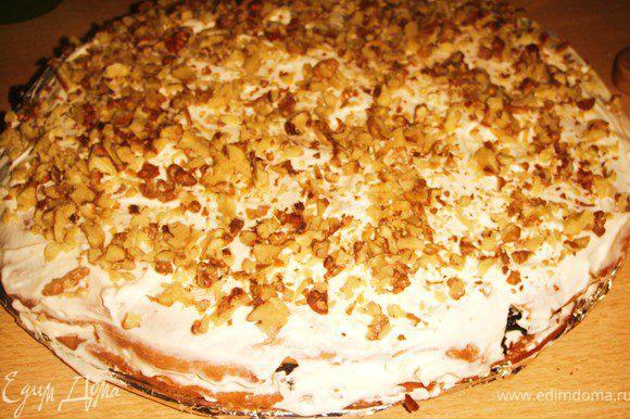 Выложить второй, сверху добавить 1/4 крема, посыпать сверху половиной количества орехов.