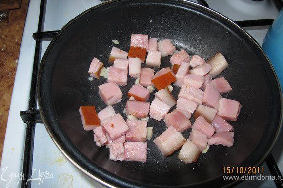 Я порезала бекон кубиками (можно взять грудинку), поджарила его на сковороде и добавила чеснок и прогрела.