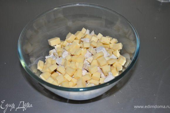Сыр и ананасы тоже нарезаем кубиками.
