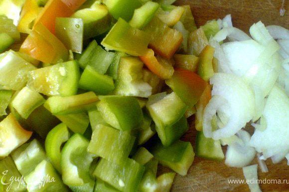 Подготовим овощи. Сладкий перец режем кубиком со стороной 1-1,5 см, лук режем полукольцами. Помидоры опускаем на пару минут в кипящую воду, затем в холодную, снимаем шкурку. Режем помидоры мелкими брусочками.