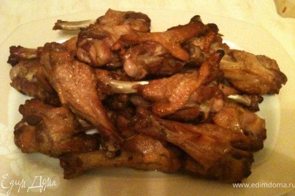 Готовые крылышки выложить на блюдо и посыпать кунжутом. Сразу же подавать к столу. Приятного аппетита!