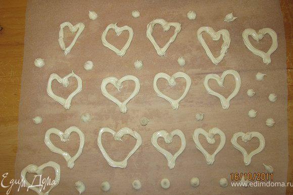 Для украшения. На пергаментной бумаге нарисовать сердца. Поместить безе в кондитерский шприц и обвести им сердца. Поставить в духовку и готовить при температуре 120-140 градусов 10-15 минут. Оставить остывать также как корж.
