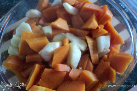 Тыкву и яблоки очистить от кожицы и семян, порезать кусочками, сложить в сотейник, добавить сахар и мед , закрыть крышкой и тушить в микроволновке 20мин при максимальной мощности ( дважды перемешать во время приготовления ). Можно потушить в духовке.