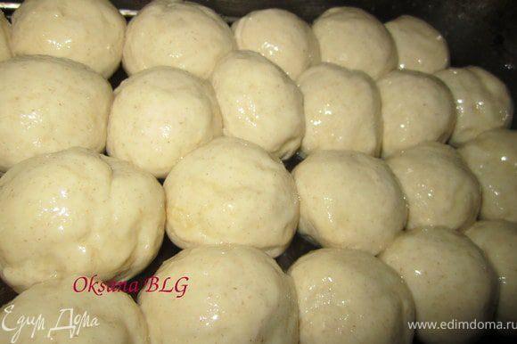 Смазать сверху яйцом, поставить в разогретую духовку ( 180 градусов) на 10-15 минут.