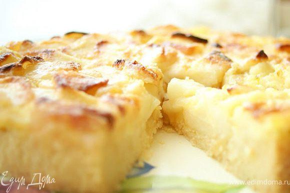 Готовый пирог вынуть из духовки, оставить на 10 минут, затем освободить от формы и дать остыть. Перед подачей можно сбрызнуть немного алкоголем и посыпать пудрой.