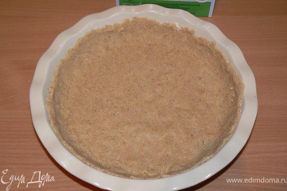 смазать форму и выложить тесто,сделав бортики