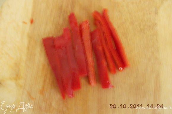 перец помыть,очистить от семян и нарезать тонкими ломтиками /по длине ломтиков брынзы/