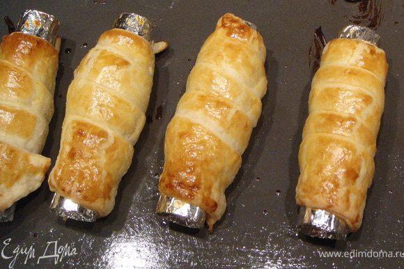 Поставить в разогретую до 220 градусов духовку и выпекать 15 мин до зарумянивания. Остудить и снять с заготовки из фольги.