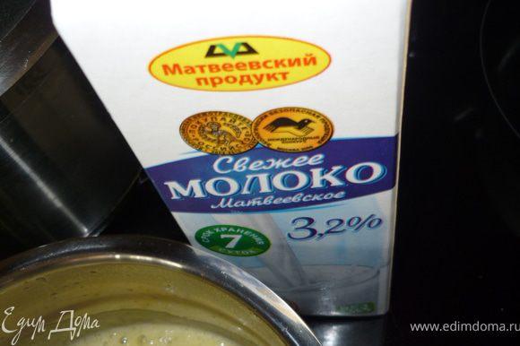 Добавляем молоко и яйцо, хорошо перемешиваем, готовим до загустения соуса. Залить соусом куриные грудки. Готовить на слабом огне минут 10. Подавать с любым гарниром.