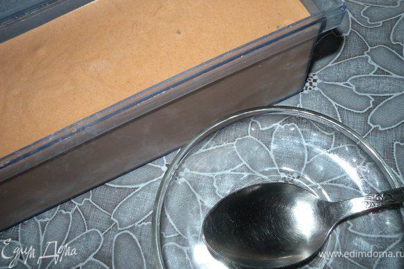 1. Смешать сахар и какао. Растереть с желтками. Прогреть сливки и растопить в них шоколад. Добавить смесь (сахар, какао и желтки), только, чтобы не свернулось хорошо размешивать венчиком. Прогреть, но ни в коем случае не за кипятить. Нагреть градусов до 60. Остудить до комнатной Т, а потом отправить в холодильник. Взбить до состояния пышности. Залить по стаканчикам или в пластиковый контейнер для замораживания.