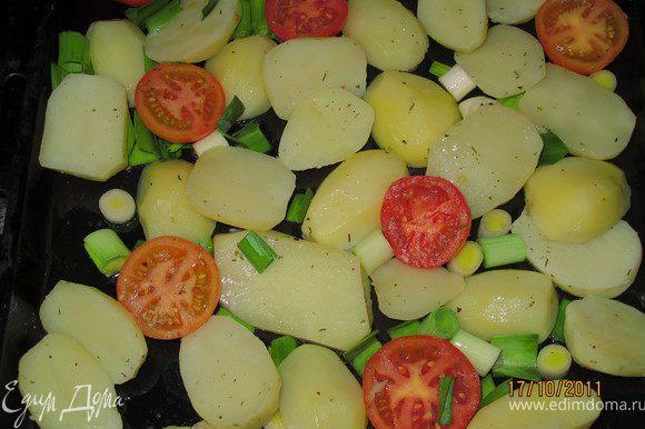 Я к мясу готовила картофель печёный. Картофель положить в кипящую, солёную воду. Как он закипит, варить 5 минут. Воду слить. Противень смазать маслом, на него выложить картофель, лук крупно резанный (у меня порей) и помидоры разрезанные пополам. Всё посолить и посыпать специями, какие любите. Перемешать. И в духовку на нижний уровень. А на верхнем у меня было мясо. Периодически картофель мешать. Он готов через 20 минут.