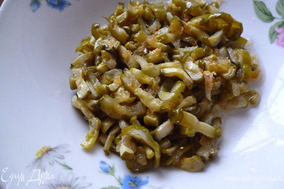 На сковороде слегка обжарить на растительном масле лук,затем добавить огурцы и жарить до полного испарения жидкости,охладить.