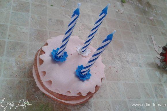 """Готовим """"торт в лапки зайчику"""". С тортом (игрушечным) и зайчиком можно было и поиграться... поинтересней сделать, но у меня время поджимало. Ставим на него 3 свечки."""