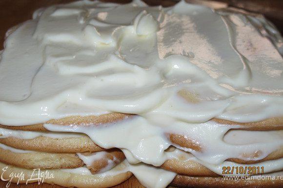 И проделать всё то же. Обмакивать печенье в молочную смесь и выкладывать поверх сливок. Так 4-ре слоя печенья.