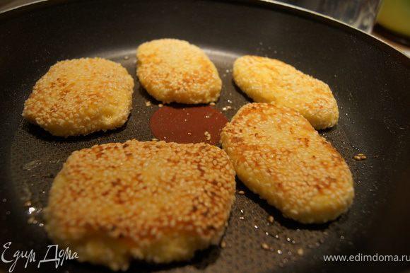 Сырники обвалять в панировке и обжарить на небольшом количестве масла.