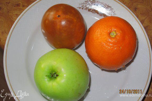 Вот наши фрукты. Их надо помыть и разделить пополам (кроме хурмы) и половинки нарезать на крупные кусочки.