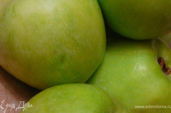 Желатин замочить в 20 мл.холодной воды.Яблоки вымыть,очистить,вырезать сердцевину.Нарезать крупными кубиками.