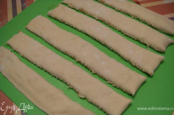 Накрыть свободной от сыра половиной теста другую и плотно прижать, чтобы вышел воздух. Нарезать полосочки, шириной 2-2,5 см. У меня получилось 6 полосок.