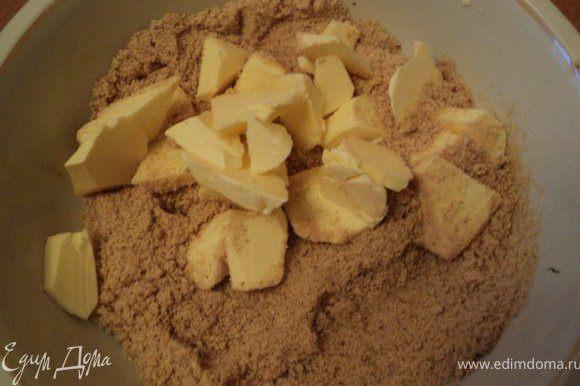 Печенье измельчить в блендере, смешать с 50гр размягченного сливочного масла.