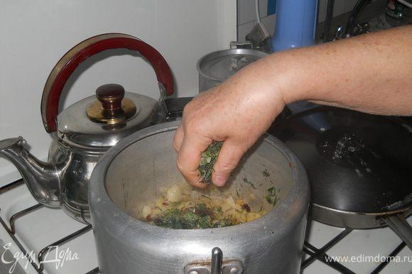 Добавляем, не жалея, мелко нарезанную зелень - укроп, петрушку и лук-перо.