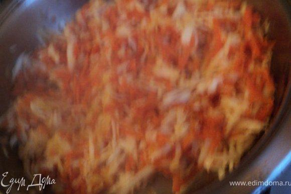 Морковь, сельдерей, корень петрушки натереть на терке и припустить на сковороде с растительным маслом 2-3 мин. Выложить все в кастрюлю. Туда же добавить очищенный и мелко порезанный чеснок. Проварить 10-15 мин до готовности.