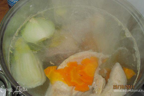 Варим бульон. Вода+курица+сельдерей+лук+морковь. Варим долго часа 2-3. Морковь я сразу порезала дольками, потому что в супе она должна быть. Не хотела его зажаривать.