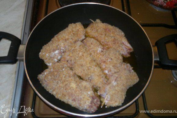 отправляем на сковороду и жарим на медленном огне. На гарнир можно пожарить картошку.Приятного всем апетита!