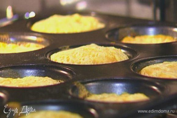 Наполнить тарталетки молочным кремом и отправить в духовку еще на 10−12 минут.
