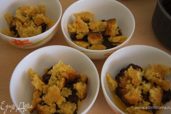 Берем тарелочки, и выкладываем апельсин, сверху крем и поломанный на кусочки кокосовый пирожок. И так в два слоя.
