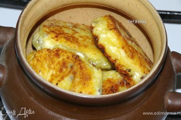 Уложить сырники в горшочек.