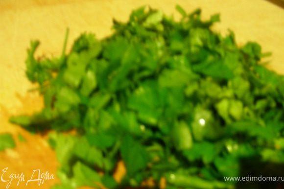 Нарезаем зелень. Оливковое масло (если используете) смешиваем с лимонным соком (я его добавляю сразу в салат).