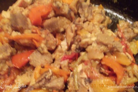 когда я с работы пришла муж уже потушил помидоры с перцем, зеленью и мясом, поэтому сколько там чего и, как долго тушилось сказать не могу, но вкууусно:)