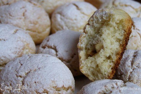 Пока печенюшки горячие, можно присыпать их сахарной пудрой. У меня сахарная пудра с добавлением натуральной ванили. Квартира благоухает ароматами ванили и свежей выпечки)) Что может быть лучше в холодный ноябрьский день!:)