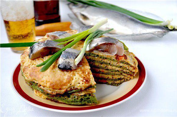 Готовый пирог подавать с кусочками селёдки,зелёным луком.Отличная закуска к пиву и не только! Приятного аппетита!